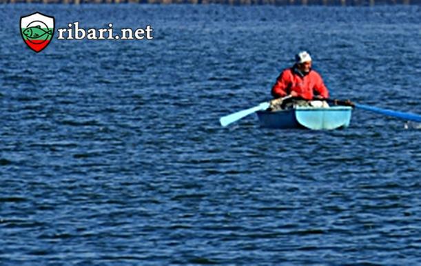 Най-запалените рибари остават на пост в морето+ СНИМКИ