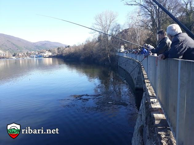 Рибари окупират езера в София